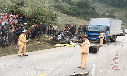 Xe ôtô nát bét sau va chạm kinh hoàng, 4 người tử vong