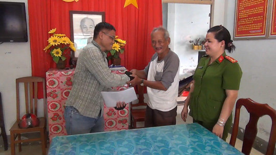 gia canh kho khan, cu ong van tra lai hang ngan usd cho nguoi mat - 1