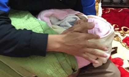 Trong giá rét cắt da thịt, bé sơ sinh 20 ngày tuổi bị bỏ rơi cùng bức thư