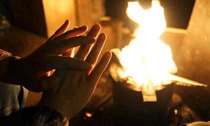 Người Hà Nội đốt lửa sưởi ấm trong đêm rét nhất từ đầu mùa đông
