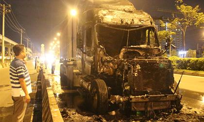 Tài xế bung cửa thoát khỏi xe đầu kéo cháy ngùn ngụt trên xa lộ Hà Nội
