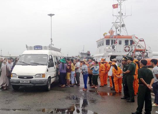 Sống sót kỳ diệu sau hơn 20 giờ chìm tàu cá - 1
