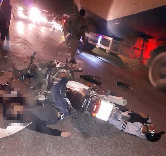 Hà Nội: Sau tiếng nổ lớn, người dân sợ hãi phát hiện hai nam thanh niên tử vong bên hai chiếc xe máy nát vụn - Ảnh 1.