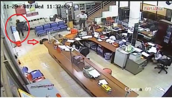 Vụ cướp ngân hàng táo tợn: Kẻ cướp nổ súng về phía bảo vệ khi người này rút súng - Ảnh 1.