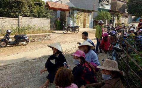 Người dân tập trung tại khu đông theo dõi vụ việc (Ảnh TĐ)