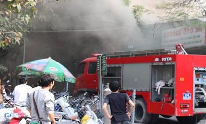 Hà Nội: Cháy lớn ở garage ô tô trên đường Ngụy Như Kon Tum, khói đen bốc lên nghi ngút