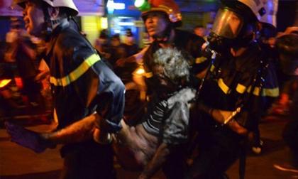 Công an giải cứu 4 người la hét trong đám cháy ở quán cà phê