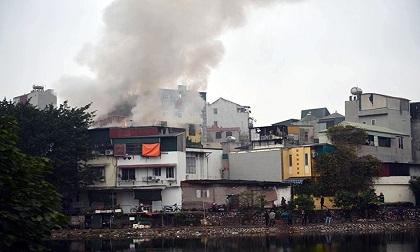 Hà Nội: Cháy lớn 3 ngôi nhà liền kề, cột khói bốc cao nghi ngút
