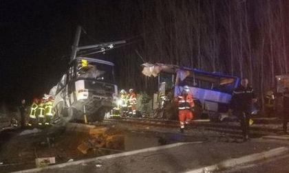 Tàu lửa tông xe buýt gãy đôi, hàng chục người thương vong