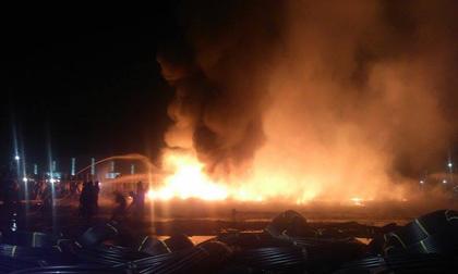 Công ty nhựa cháy dữ dội trong đêm, người dân gào khóc, hoảng loạn tháo chạy