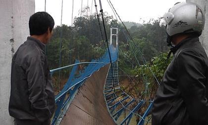 Đứt cầu treo, một học sinh rơi xuống sông mất tích