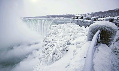 Cảnh tượng đáng sợ: Thác nước hùng vĩ bậc nhất nước Mỹ đóng băng dưới thời tiết giá lạnh