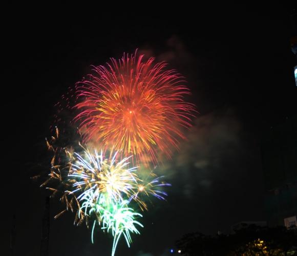 Pháo hoa rực sáng, lung linh trên bầu trời TP.HCM, chào năm mới 2018! - 11