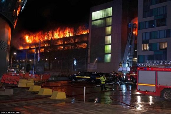 Anh: Nguyên nhân 1.600 ô tô bị lửa 1.000 độ thiêu rụi đêm giao thừa - 1