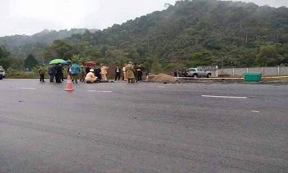 Ô tô lao vào nhóm công nhân làm việc trên đường, 5 người tử vong