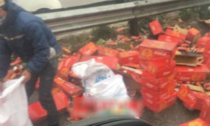 Xe chở Coca gặp nạn trên cao tốc, nhiều người đổ xô ra hôi của