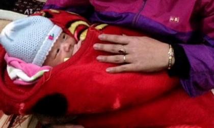 Thương con giận mẹ: Bé trai một tháng tuổi bị bỏ rơi trong đêm đông rét mướt