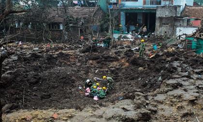 """Trở về sau vụ nổ ở Bắc Ninh, người dân bần thần nhìn xóm làng """"nát vụn"""""""