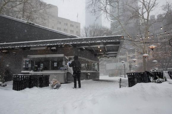 """New York như """"hành tinh khác"""" trong trận bão tuyết khiến nước Mỹ lạnh hơn sao Hỏa - Ảnh 3."""