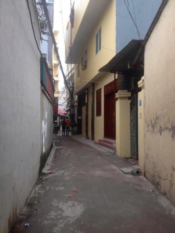 Người thân đau đớn ngất lịm khi đến nhận thi thể nam thanh niên treo cổ tự tử trong phòng trọ bạn gái ở Hà Nội