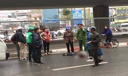 Hà Nội: Nam thanh niên bất ngờ rơi từ cầu vượt xuống đất bất tỉnh