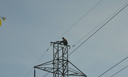 Hàng trăm người vây kín xem cuộc giải cứu người đàn ông nghi 'ngáo đá' trèo lên cột điện cao thế