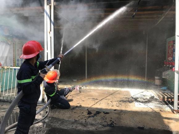 Giáo viên ôm trẻ tháo chạy thục mạng khỏi đám cháy lớn ở tỉnh Bình Dương - Ảnh 2.