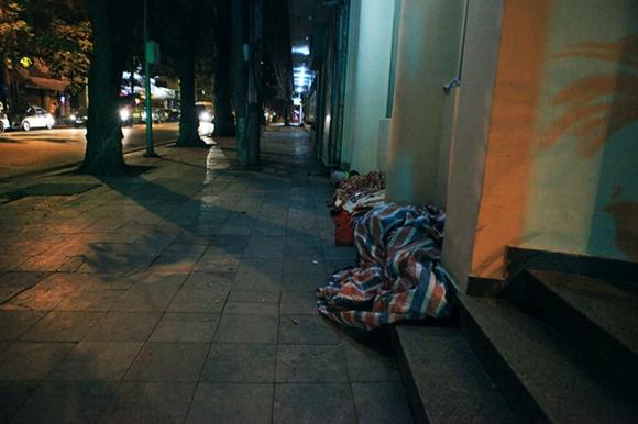 Ảnh: Người vô gia cư trong đêm lạnh