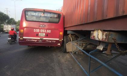 Kinh hoàng xe buýt rượt đuổi xe container giữa phố Sài Gòn