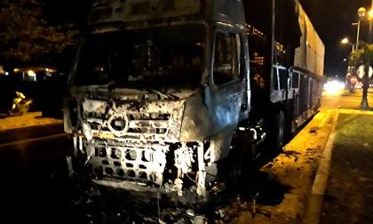 Xe đầu kéo cháy khi đang chạy trên quốc lộ, 3 người thoát chết