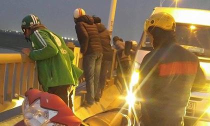 Hà Nội: Nam thanh niên đang đi ô tô qua cầu bất ngờ mở cửa rồi nhảy xuống sông Hồng