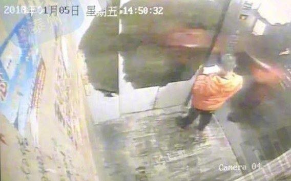 Bé trai 9 tuổi bị mẹ trói và đánh đến chết vì đánh mất điện thoại - Ảnh 1.