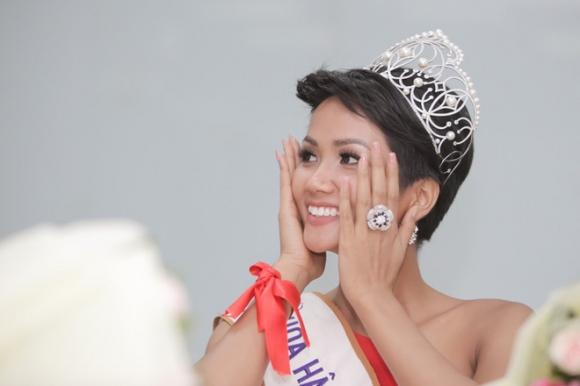 Tuyên bố hạn chế dùng mạng xã hội nhưng Tân Hoa hậu HHen Niê đã mở lại facebook sau 1 tuần đăng quang - Ảnh 1.