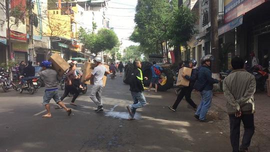 Clip: Hàng trăm người lao vào đám cháy cứu tài sản - 1