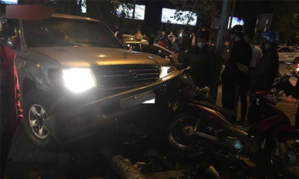 """Hà Nội: """"Xế hộp"""" gây tai nạn liên hoàn, 5 người nhập viện"""