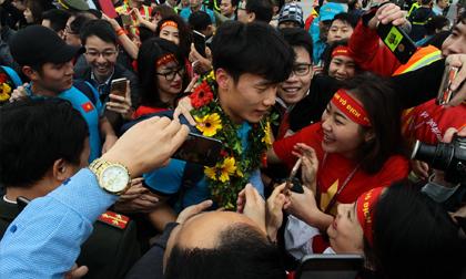 Khoảnh khắc những người hùng U23 Việt Nam xuất hiện tại Nội Bài