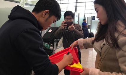 Xuân Trường e thẹn ký tặng Hoa hậu Đỗ Mỹ Linh