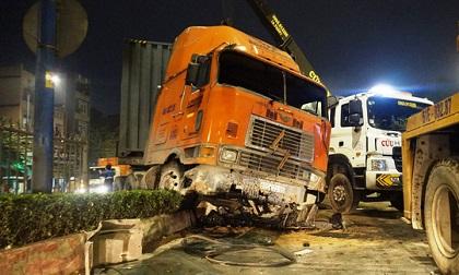 """Ô tô chở 4 người nước ngoài lật như phim sau tai nạn """"kép"""""""
