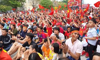 Hot: Hàng nghìn người hâm mộ chạy theo hò reo phấn khích khi U23 Việt Nam vừa xuất hiện tại Sài Gòn