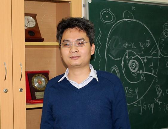 PGS Phạm Hoàng Hiệp trong phòng họp của Viện Toán học - nơi còn được dùng làm phòng học và seminar. Ảnh: Phạm Phượng/Khoa học Phát triển.