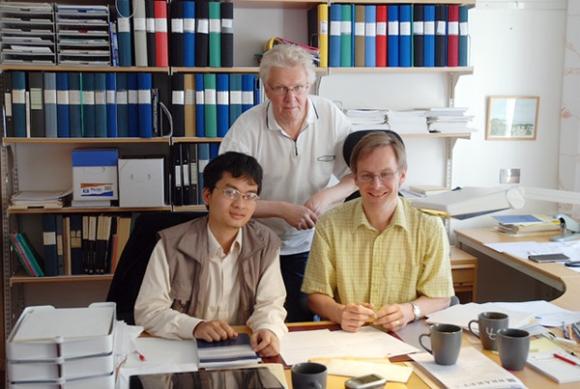 GS Phạm Hoàng Hiệp bên cạnh những nhà toán học hàng đầu thế giới. Ảnh: Khánh Vy.
