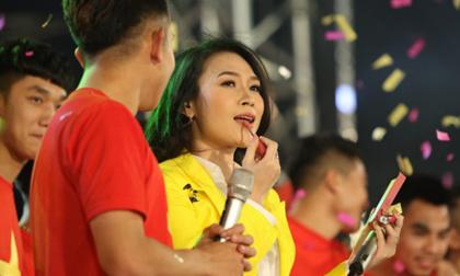 U23 Việt Nam 'mở hội' tại TP HCM: Công Phượng tặng quà Mỹ Tâm, CĐV ngây ngất