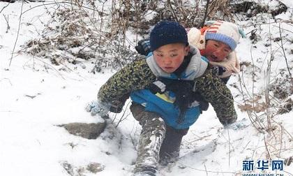 Dưới cái rét cắt da cắt thịt -11 độ, cậu bé 9 tuổi vượt tuyết cõng em trai xuống núi