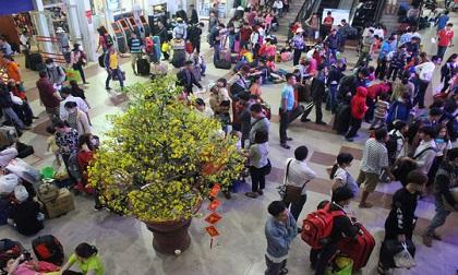 Kẹt xe, trễ tàu: Hàng nghìn hành khách 'vật vờ' chờ đợi trong đêm ở ga Sài Gòn