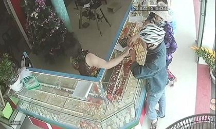 Tên cướp tiệm vàng bị công an tóm gọn khi vừa bán nhẫn trộm được