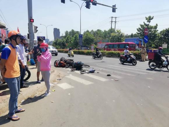 Xe khách vượt đèn đỏ gây tai nạn kinh hoàng ở Bình Dương: Nhiều người bị cuốn vào gầm, nằm la liệt giữa đường - Ảnh 2.