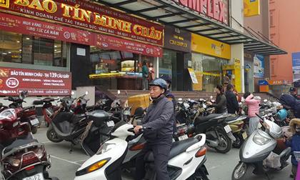 Trước ngày Vía Thần Tài, nhiều người đội mưa đi mua vàng cầu may