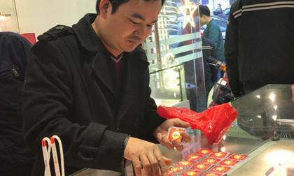 Lão nông vượt 200km, ôm bao tiền về Hà Nội mua vàng Thần Tài