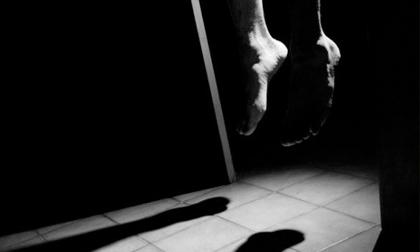 Cô gái 18 tuổi treo cổ tự tử sau khi bạn trai cũ đến mời cưới