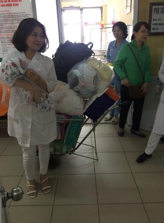 Hà Nội: Truy tìm người đàn ông 30 tuổi đem bé gái sơ sinh đến bệnh viện nhờ người trông rồi bỏ đi - Ảnh 2.